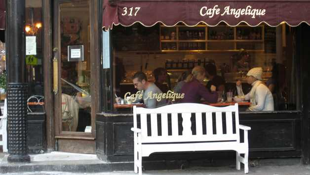 Prendre un café seul à New York